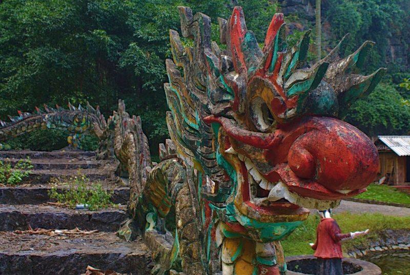 Dragon near the entrance of the Hang Múa Cave