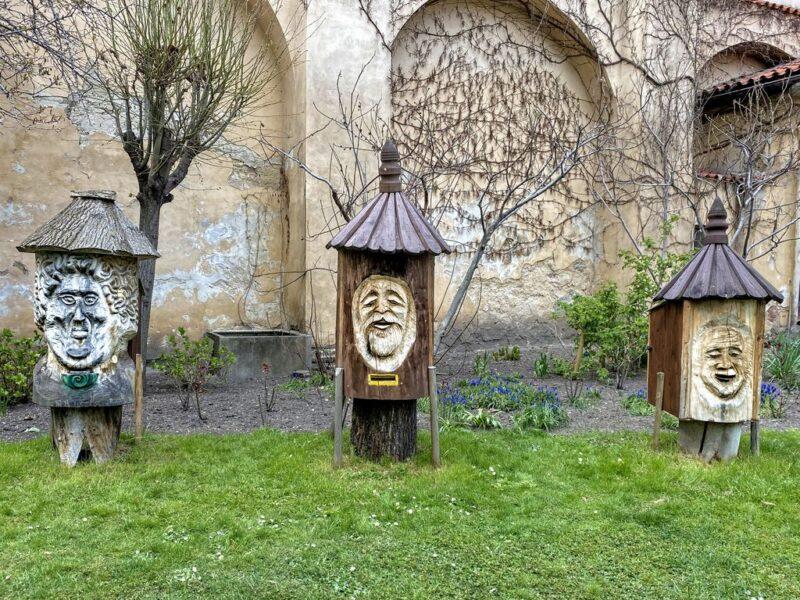 beehive, wooden faces, Vojanovy Sady park, Prague